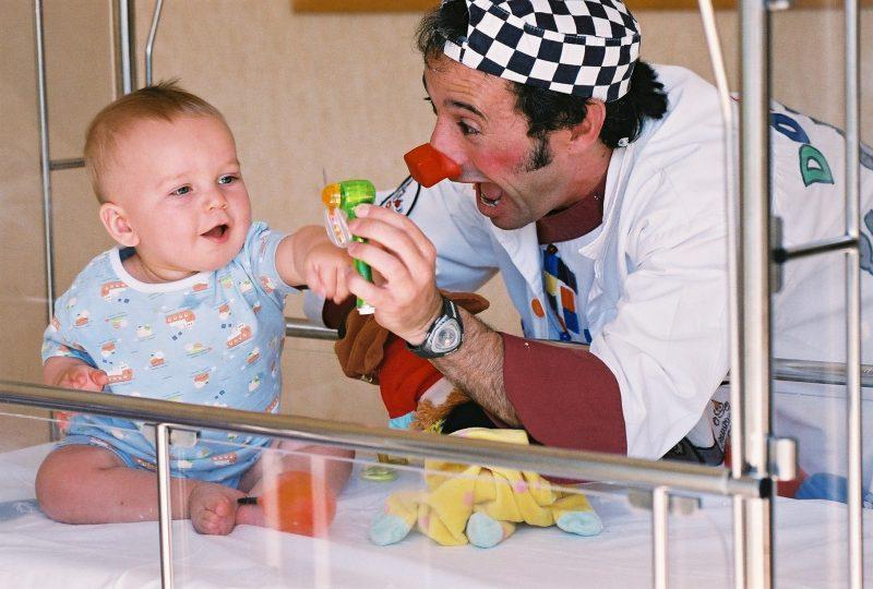 Ayuda a los Doctores Sonrisa a llevar alegría a niños hospitalizados