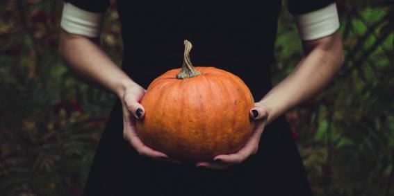 Celebrar Halloween con amigos